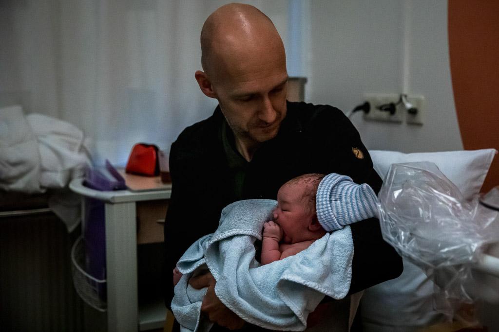 Papa met zijn pasgeboren dochter in het VU Amsterdam vastgelegd door Sandrinos Geboortefotografie