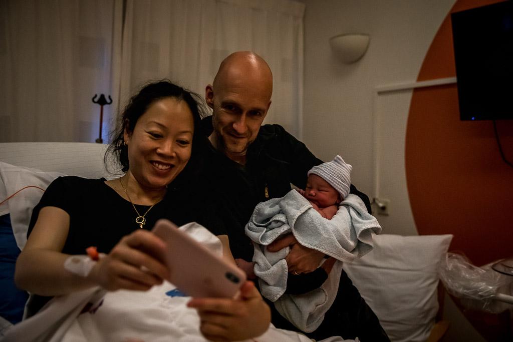 De eerste selfie van hun pasgeboren dochter gefotografeerd door Sandrinos Geboortefotografie uit Purmerend