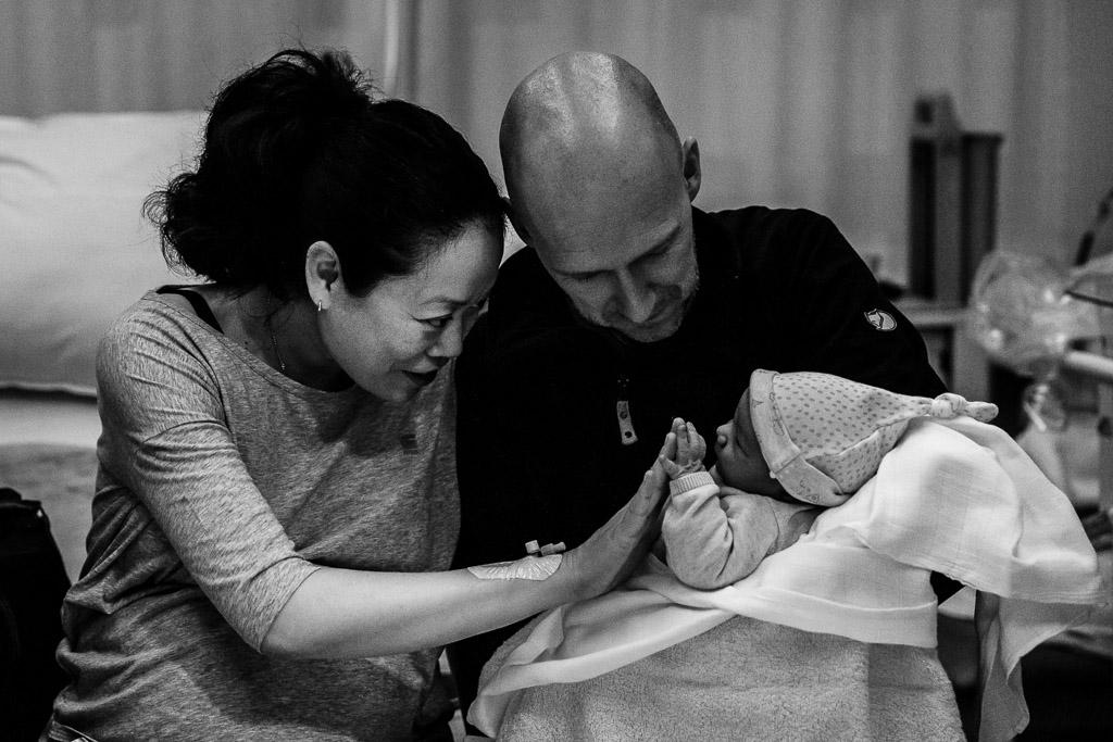 Dolblije ouders met hun pasgeboren dochter in het VU Amsterdam gefotografeerd door Sandrinos Geboortefotografie uit Purmerend