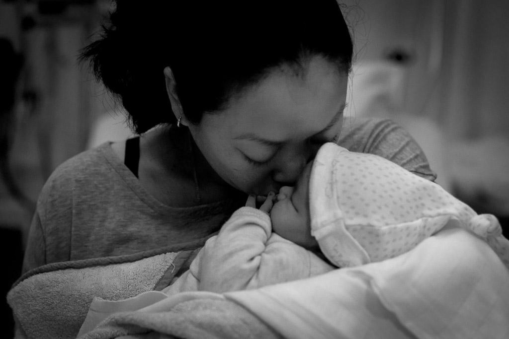 Mama knuffelt met haar pasgeboren dochter in het VU Amsterdam vastgelegd door Sandrinos Geboortefotografie uit Purmerend