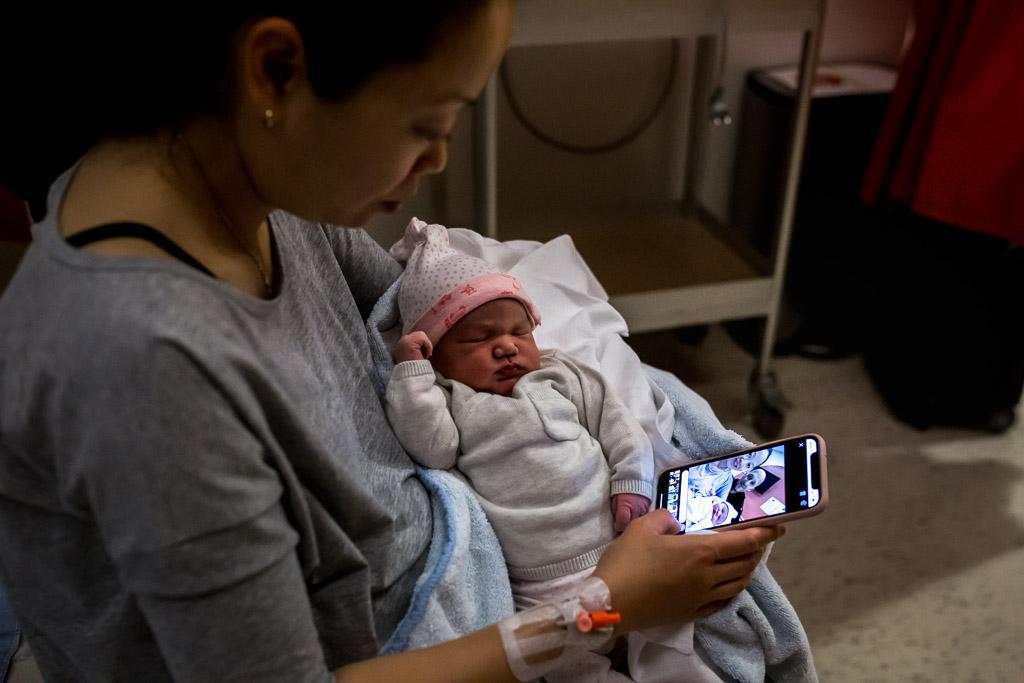 Mama met pasgeboren baby in het VU in Amsterdam gefotografeerd door Sandrinos Geboortefotografie uit Purmerend