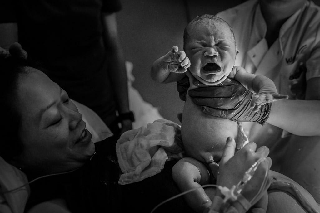 De geboorte van een mooi meisje vastgelegd in Amsterdam door Sandrinos Geboortefotografie uit Purmerend