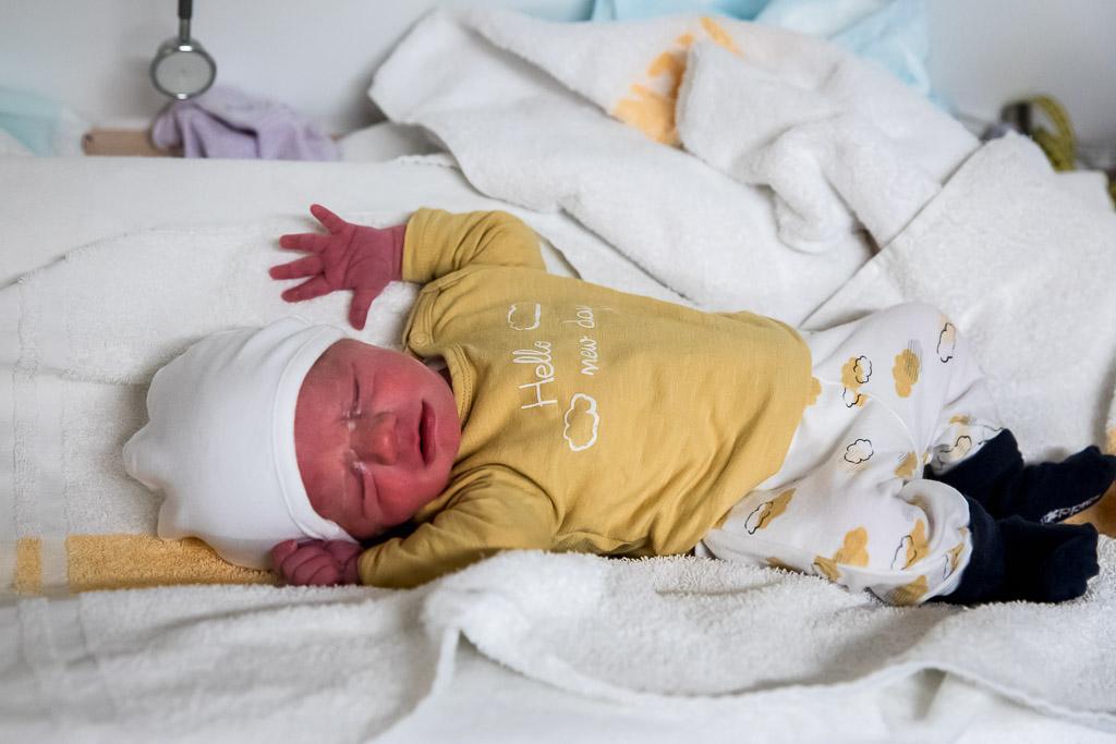 Pasgeboren baby in ziekenhuis Leeuwarden gefotografeerd door Sandrinos Geboortefotografie uit Purmerend