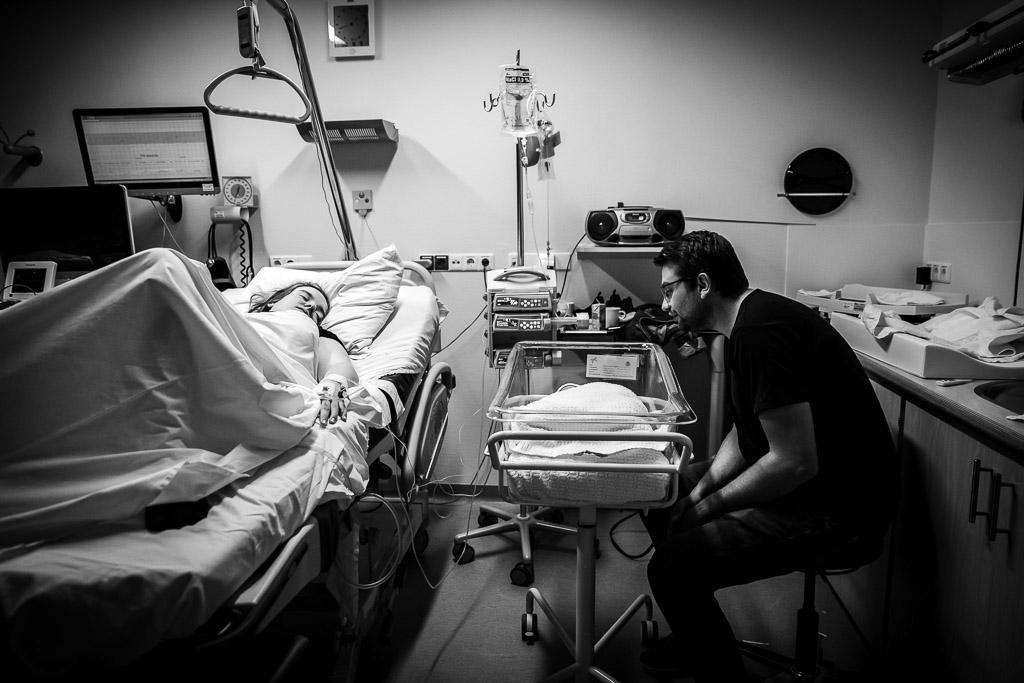 Trotse ouders met hun pasgeboren tweeling in ziekenhuis van Leeuwarden gefotografeerd door Sandrinos Geboortefotografie uit Purmerend