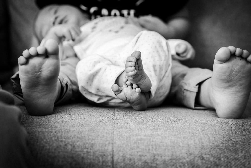 Kleine voetjes van 1 week oude baby gefotografeerd door Sandrinos Fotografie uit Purmerend