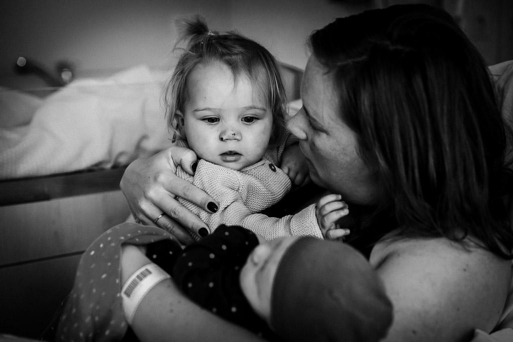 Zusje ontmoet haar babyzusje in ziekenhuis