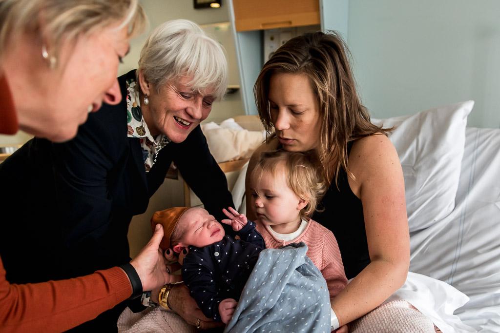 Familiebezoek na geboorte in ziekenhuis