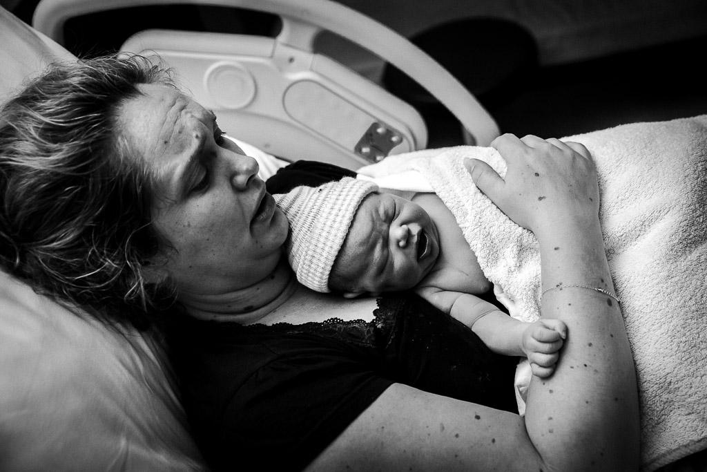 Mama met haar pasgeboren dochter tijdens de geboortereportage in Zaandam