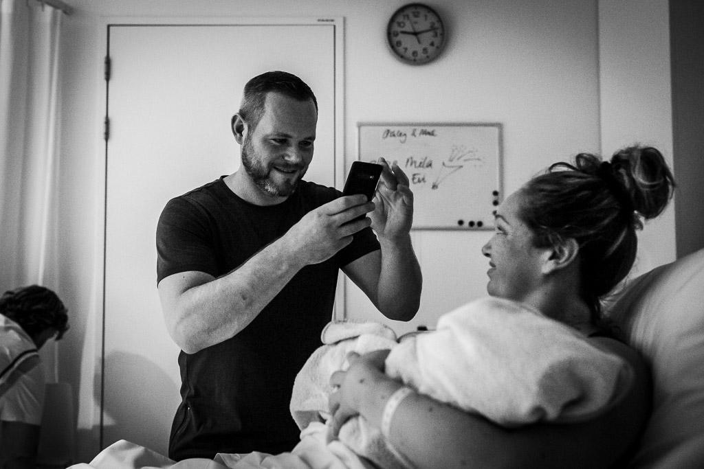 Trotse papa neemt de eerste foto van zijn dochter
