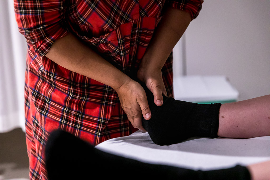 Verloskundige masseert de voeten van de barende vrouw in het ziekenhuis in Zaandam
