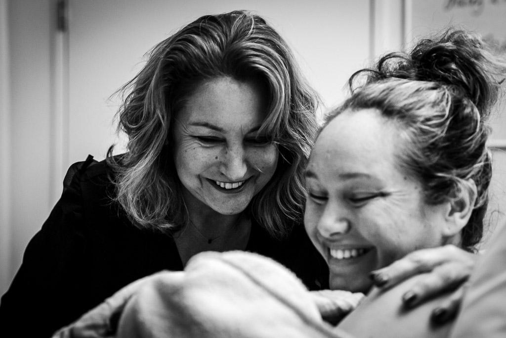 Trotse oma bewondert haar pasgeboren kleindochter