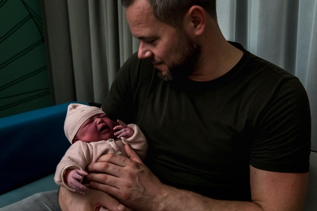 Papa troost zijn pasgeboren dochter