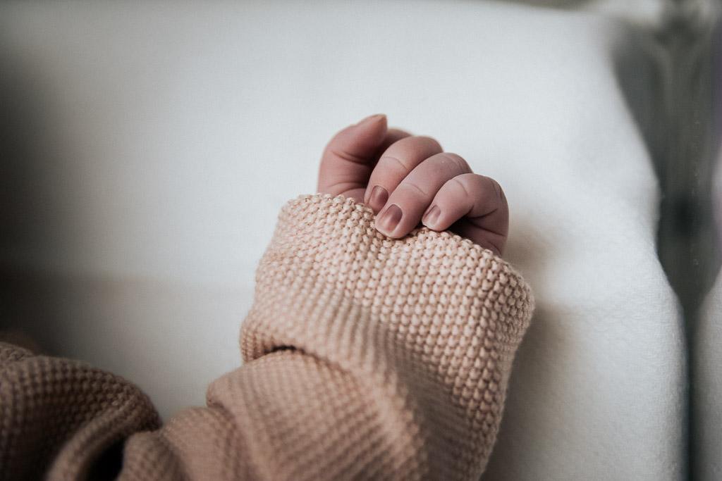 De nageltjes zijn na de geboorte nog wat donker van een baby