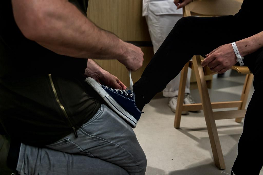 Papa strikt de veters van de schoenen van de net bevallen mama in het ziekenhuis in Zaandam