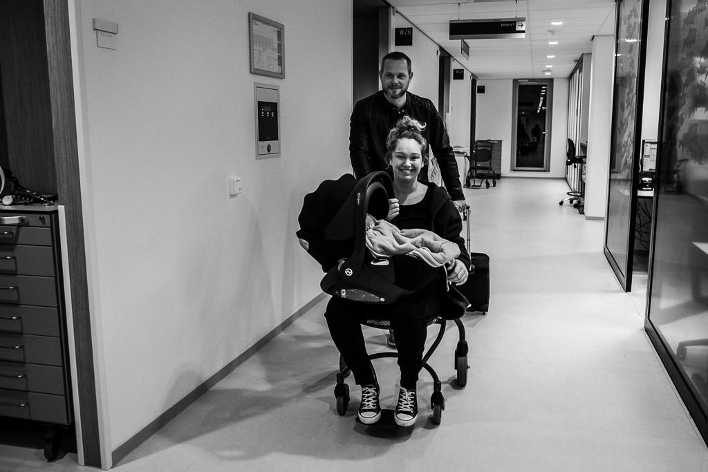 De dolgelukkige familie verlaat het Zaans Medisch Centrum in Zaandam na de geboorte