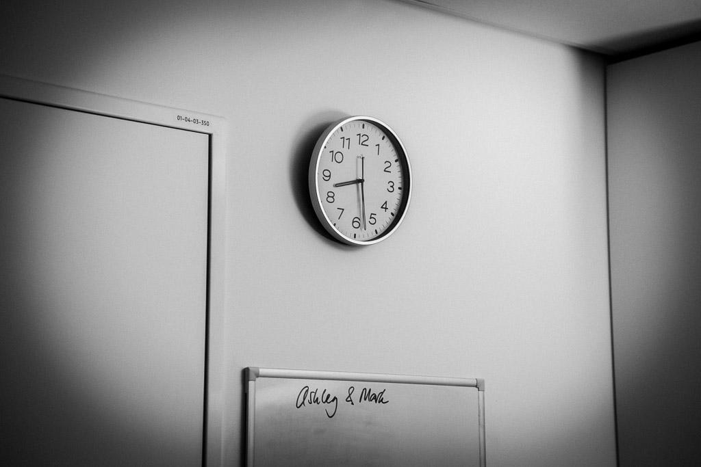 De klok met de tijd dat de baby is geboren maakt onderdeel uit van de geboorteportage