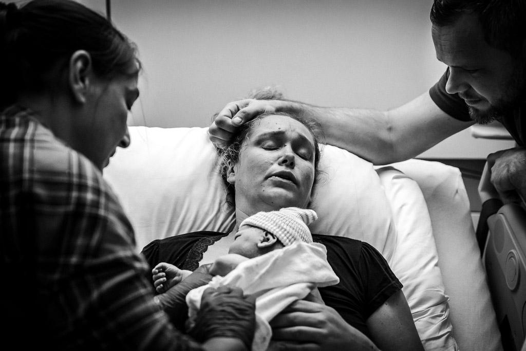 Emoties bij de ouders nadat hun dochter is geboren tijdens een geboortereportage in het ziekenhuis in Zaandam