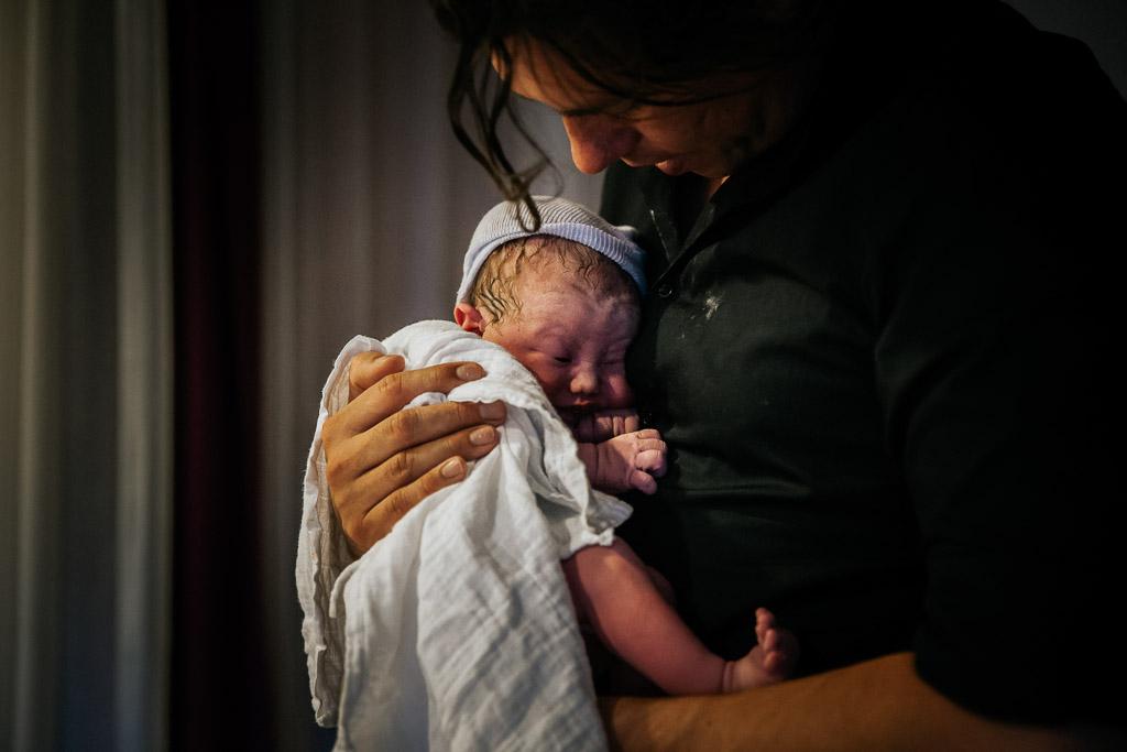 Trotse papa met zijn pasgeboren dochter in zijn armen