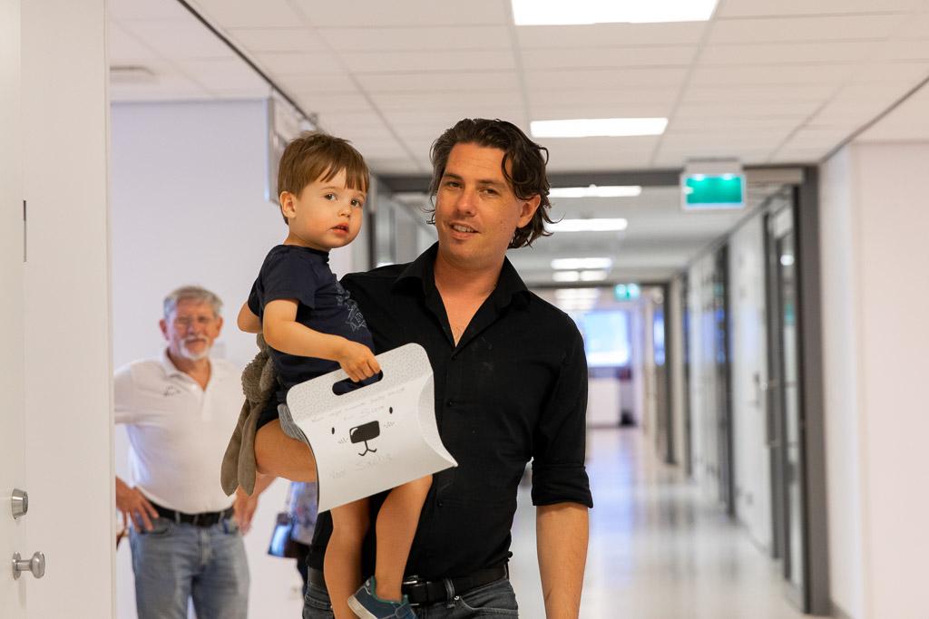 Grote broer ontmoet zijn pasgeboren zusje in het ziekenhuis gefotografeerd door Sandrinos Geboortefotografie uit Purmerend