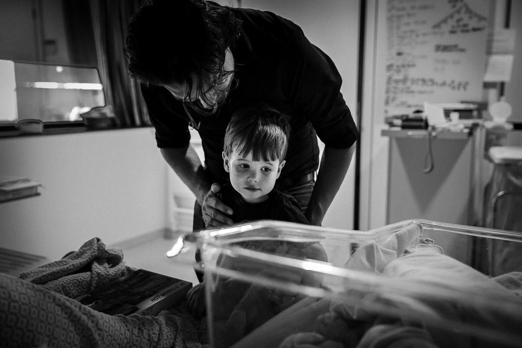 Grote broer ontmoet zijn pasgeboren zusje in het OLVG in Amsterdam tijdens de geboortereportage