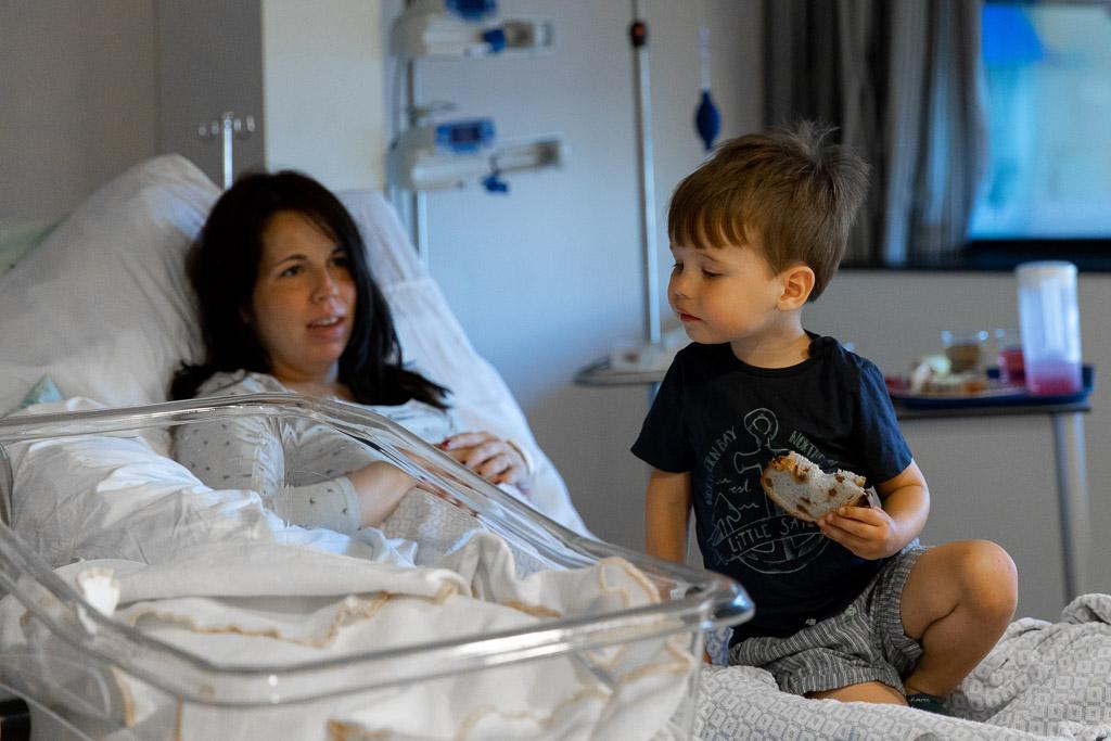 Het broertje kijkt nieuwsgierig naar zijn pasgeboren zusje in het OLVG