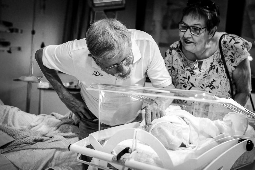 Opa en oma bewonderen hun pasgeboren kleindochter in het OLVG Amsterdam gefotografeerd door Sandrinos Geboortefotografie uit Purmerend